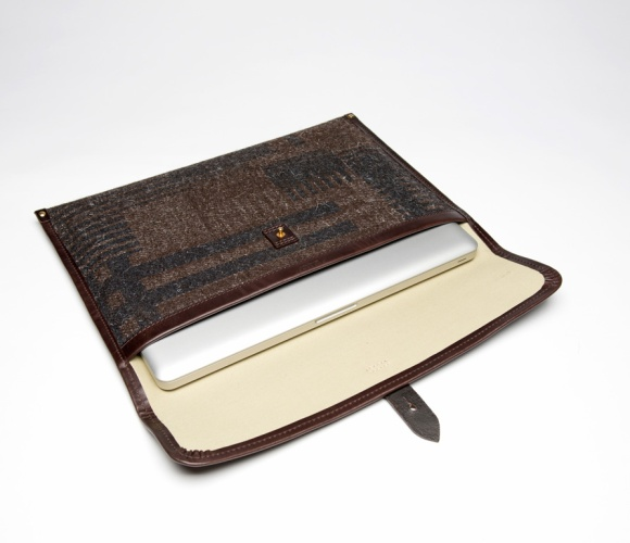 CHERCHBI-15-Laptop-Sleeve-in-Tamasyn-Gambell-geometric-printed-Brown-Herdwyck-No_laptop